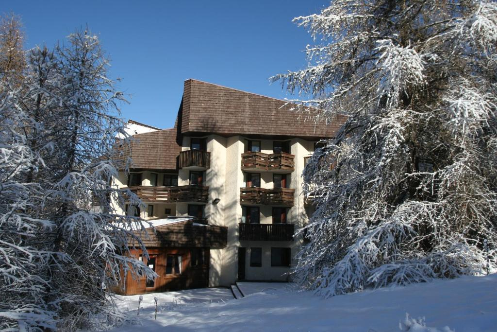 L'établissement Hôtel Les Trappeurs en hiver