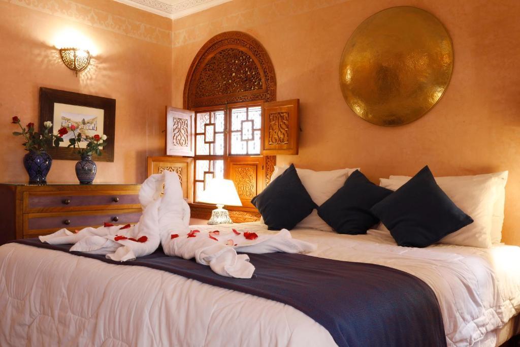 Ein Bett oder Betten in einem Zimmer der Unterkunft Riad Daria Suites & Spa