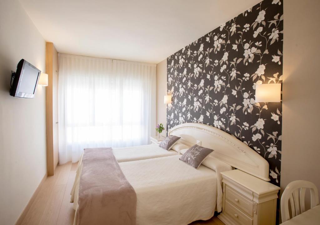 A bed or beds in a room at Hotel Ciudad De Calahorra