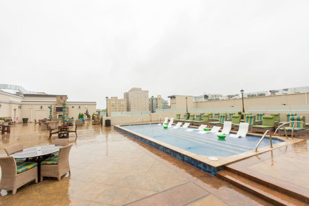 The swimming pool at or near Kasa St Louis Central West End Apartments