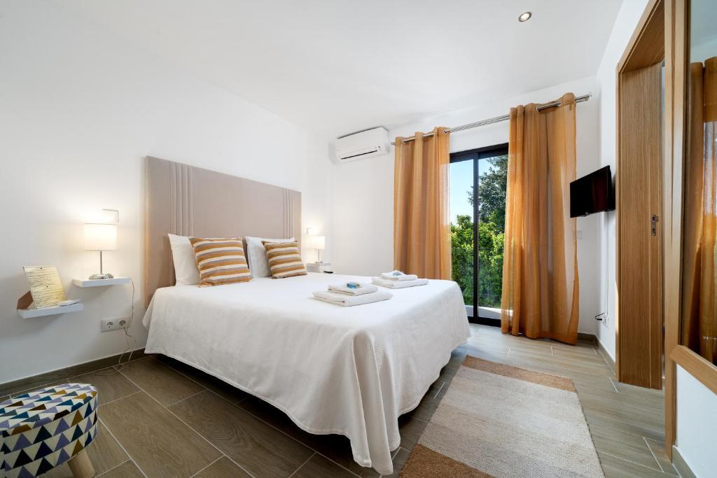 A bed or beds in a room at Quinta das Andorinhas