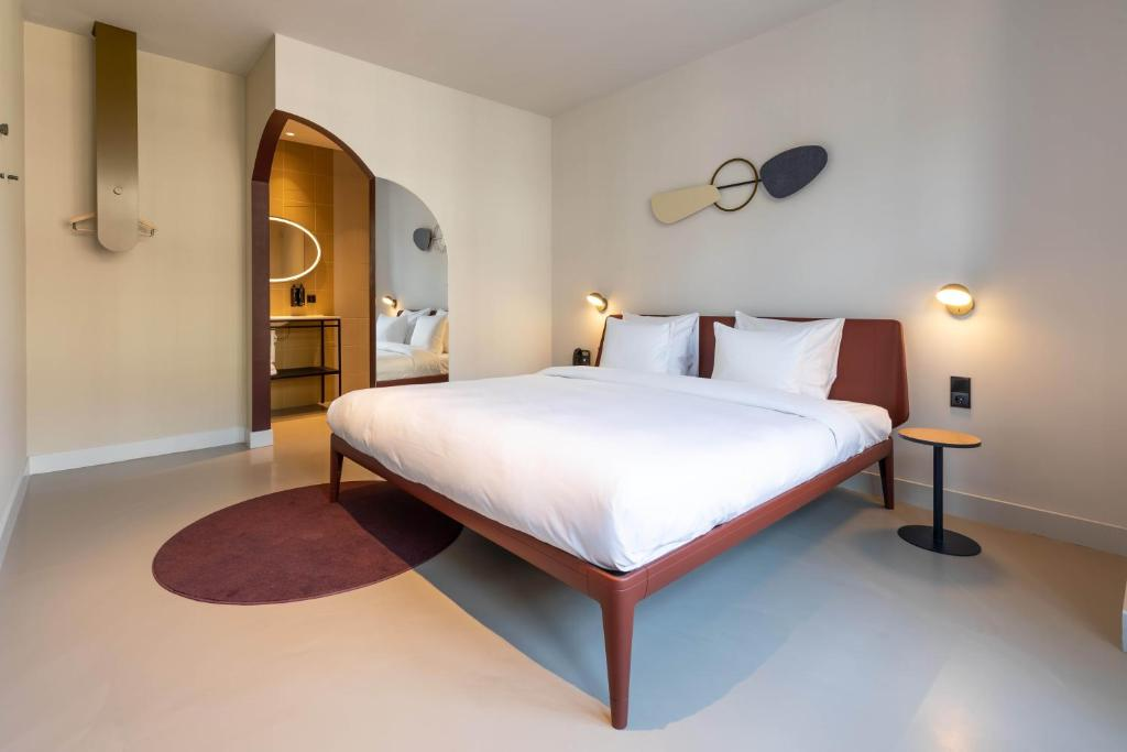 A bed or beds in a room at Conscious Hotel Museum Square