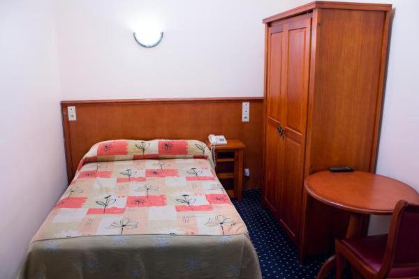 A bed or beds in a room at Hotel Continental Gare du Midi