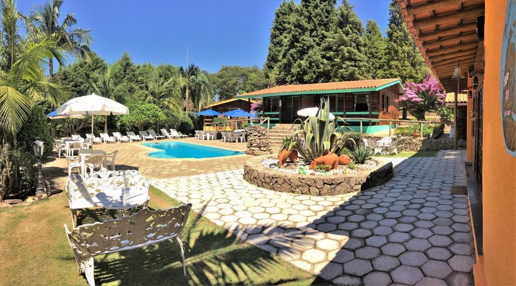 The swimming pool at or near Pousada Recanto Primavera
