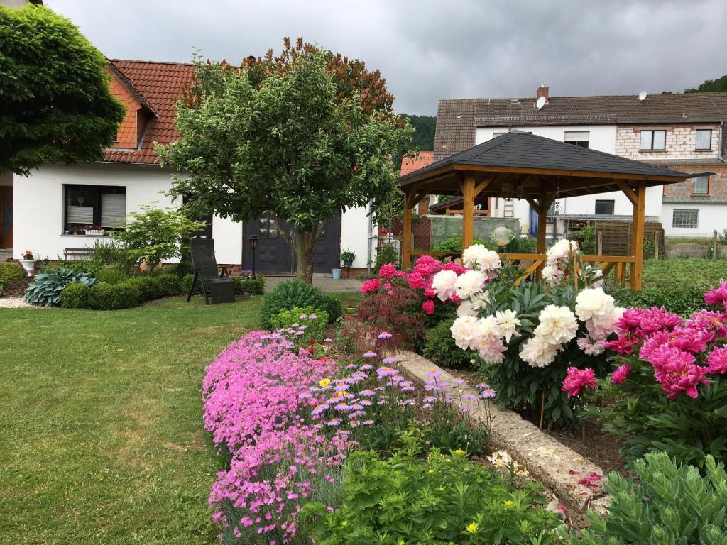Ein Garten an der Unterkunft Im Herzen Deutschlands entspannen
