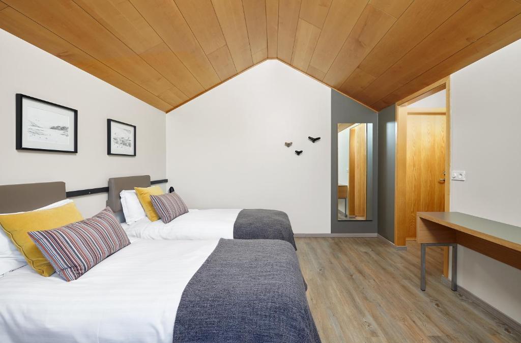 A bed or beds in a room at Icelandair Hotel Fludir