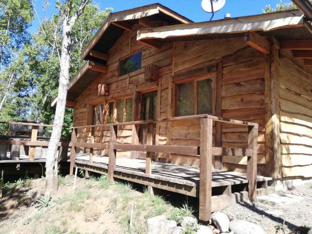 Cabaña rústica 2 maravillosa,con troncos nativos, con orilla de Río Trancura