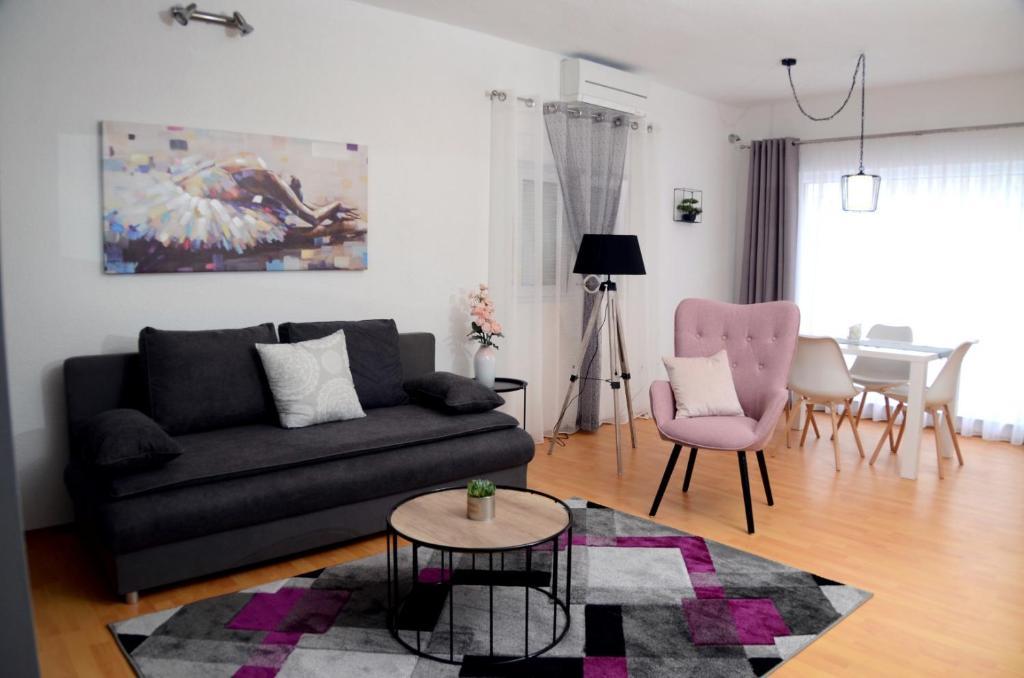 A seating area at Apartments La Luna