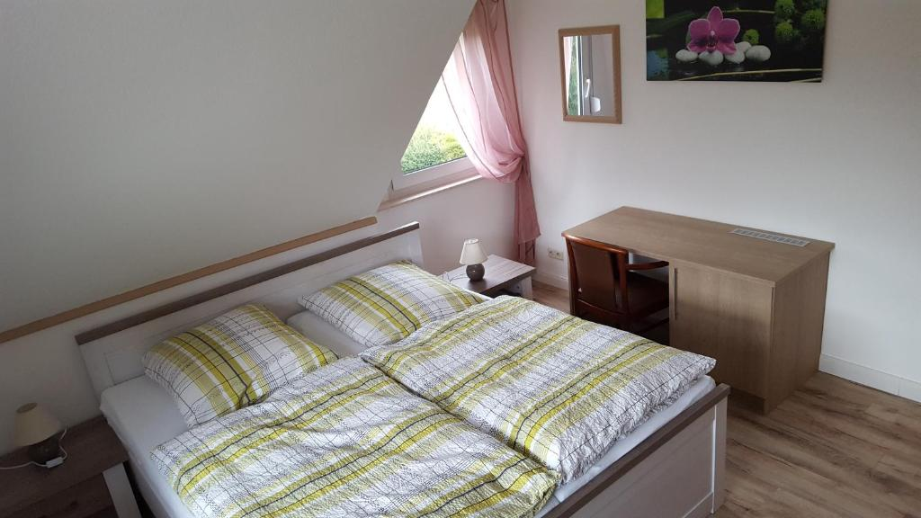 A bed or beds in a room at Gästehaus Strudthoff