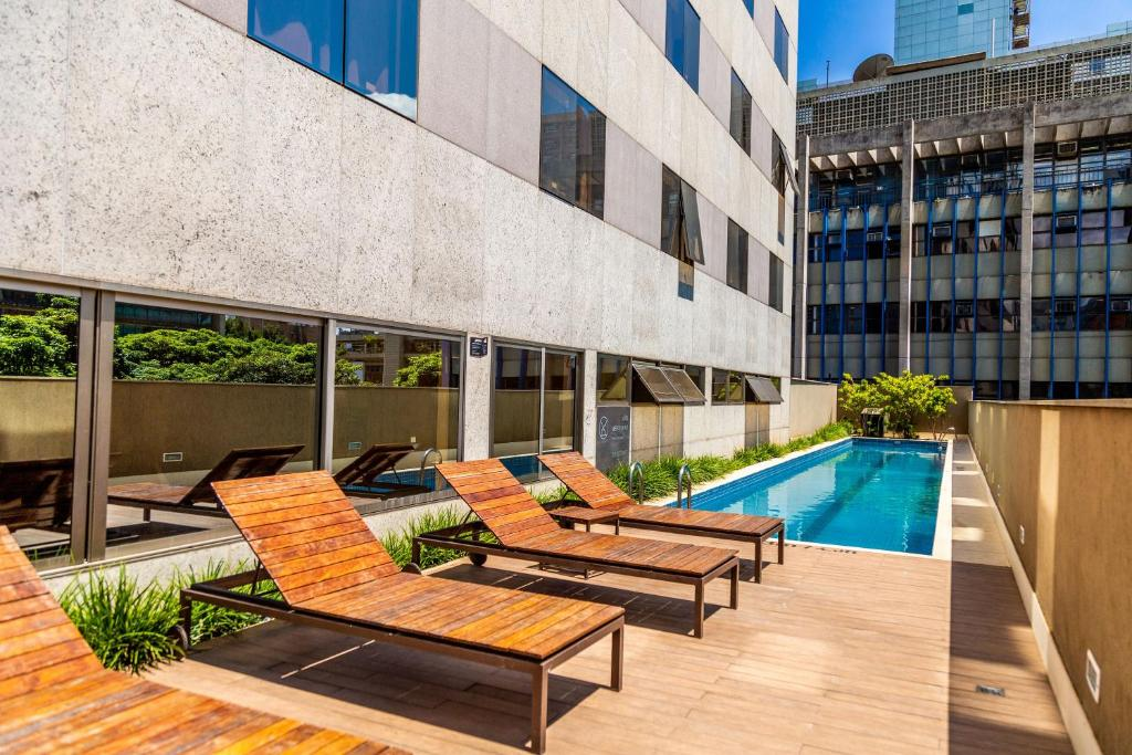 A piscina localizada em Hilton Garden Inn Belo Horizonte Lourdes ou nos arredores