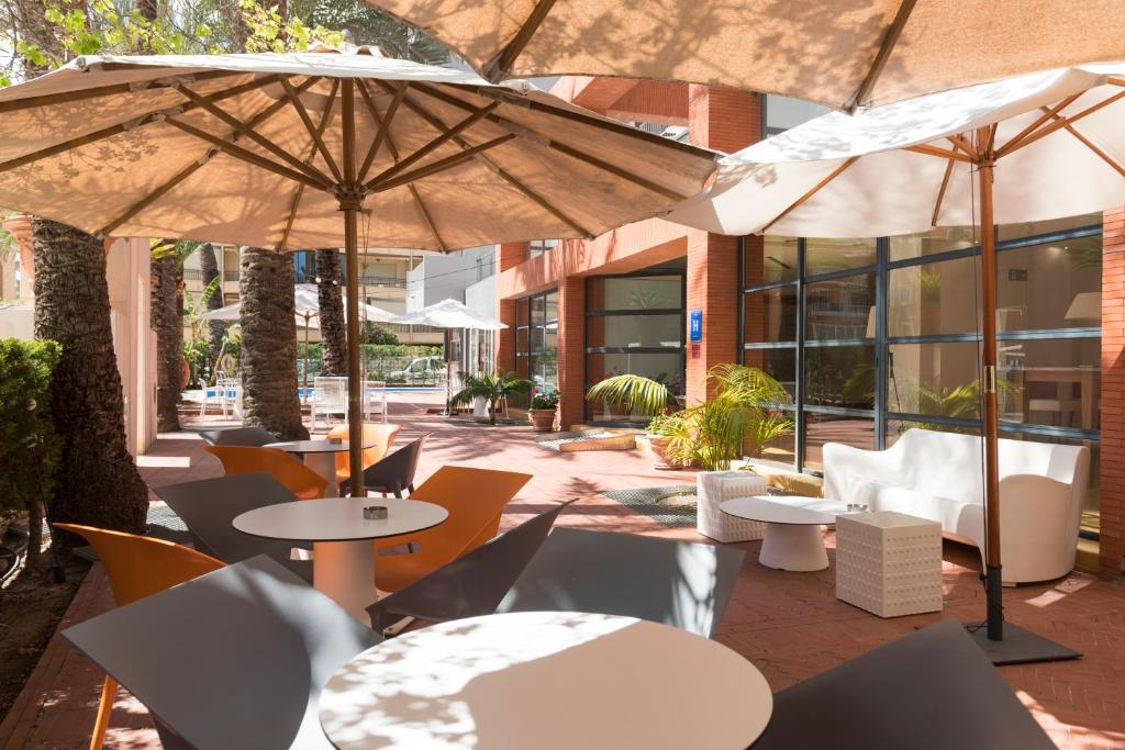 A restaurant or other place to eat at Hotel El Palmeral