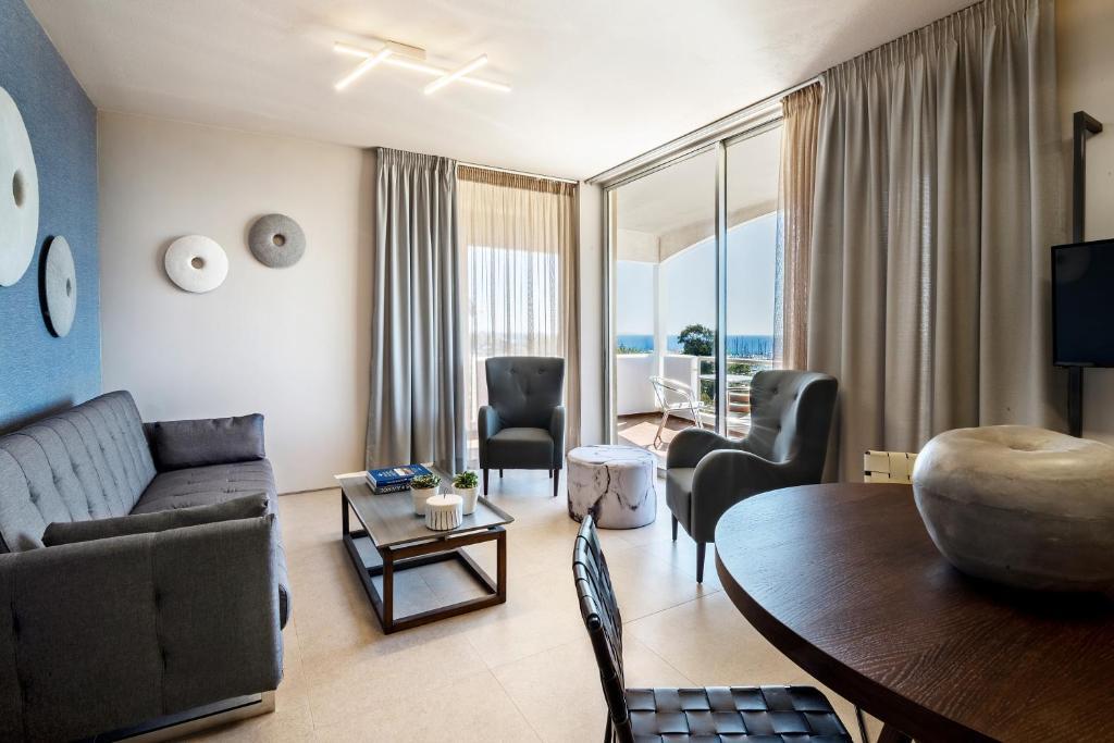 Гостиная зона в Marina Alimos Hotel Apartments