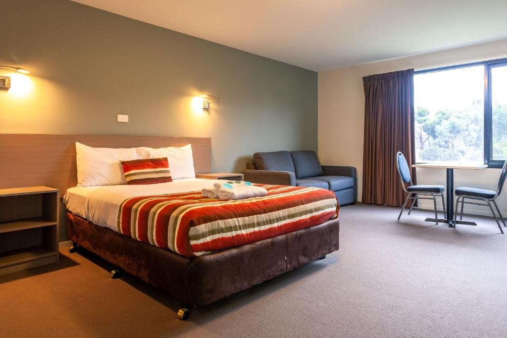 A bed or beds in a room at Kingston Hotel