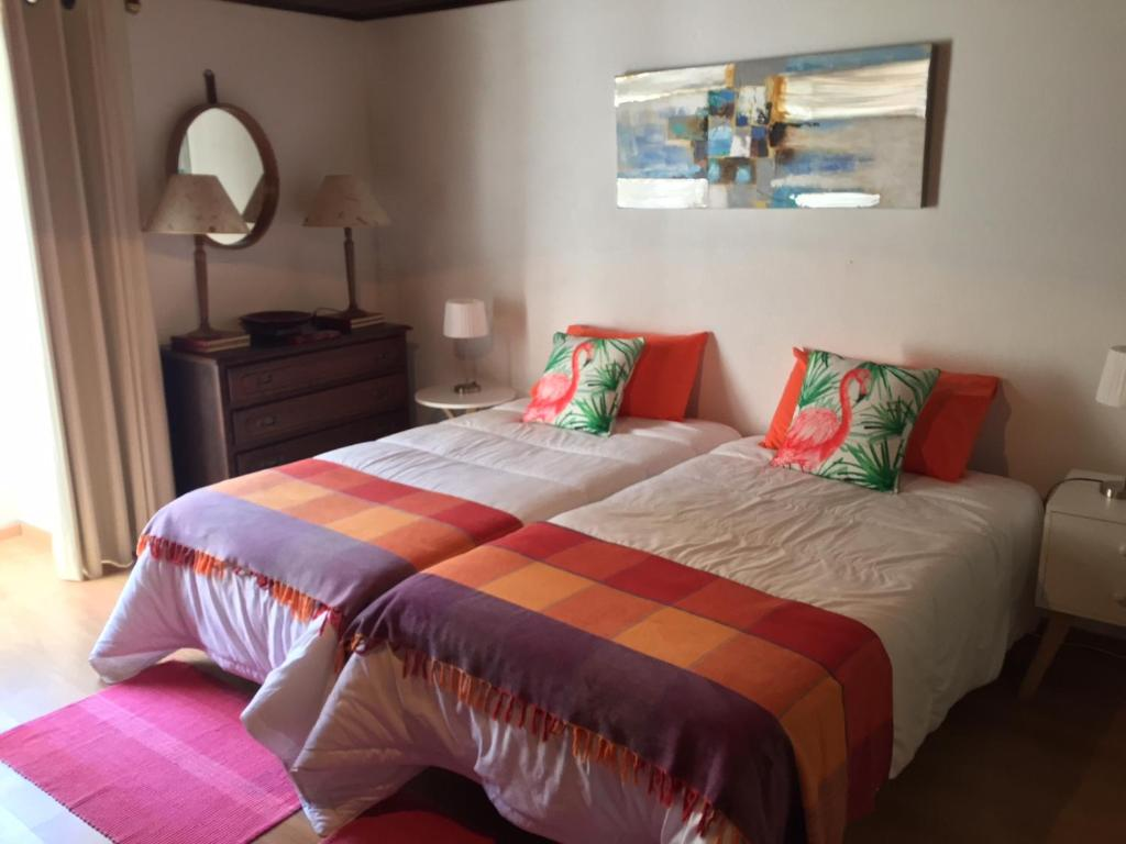 A bed or beds in a room at Quinta das Rosas