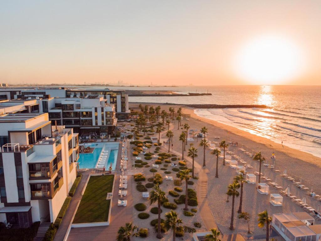 נוף של הבריכה ב-Nikki Beach Resort & Spa Dubai או בסביבה