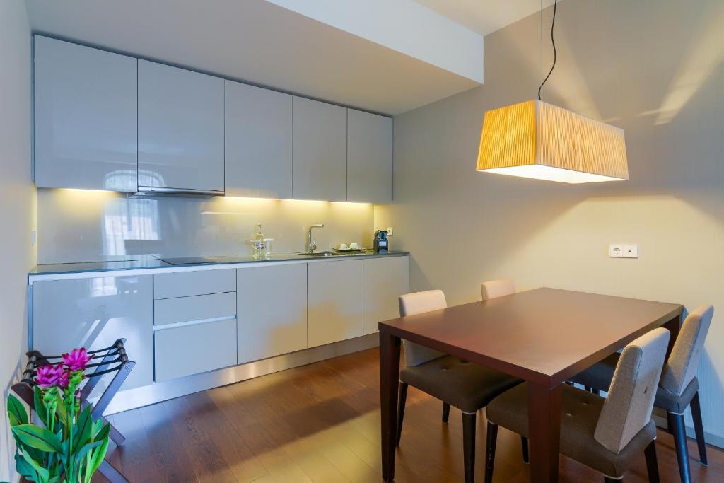 A kitchen or kitchenette at Hotel Cismigiu