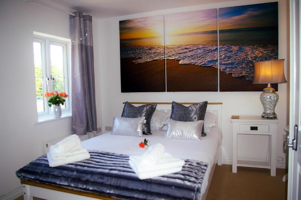 A bed or beds in a room at Ladysmith House - 4 Bedrooms - Full House