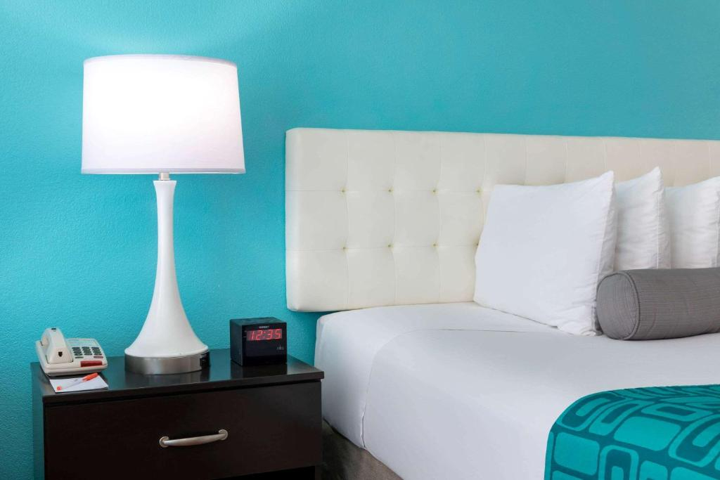 A bed or beds in a room at Howard Johnson by Wyndham Rock Hill