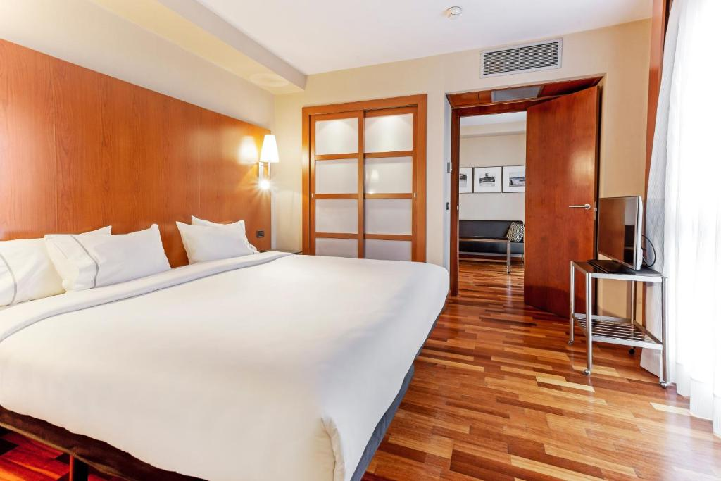A bed or beds in a room at B&B Hotel Zaragoza Los Enlaces Estación