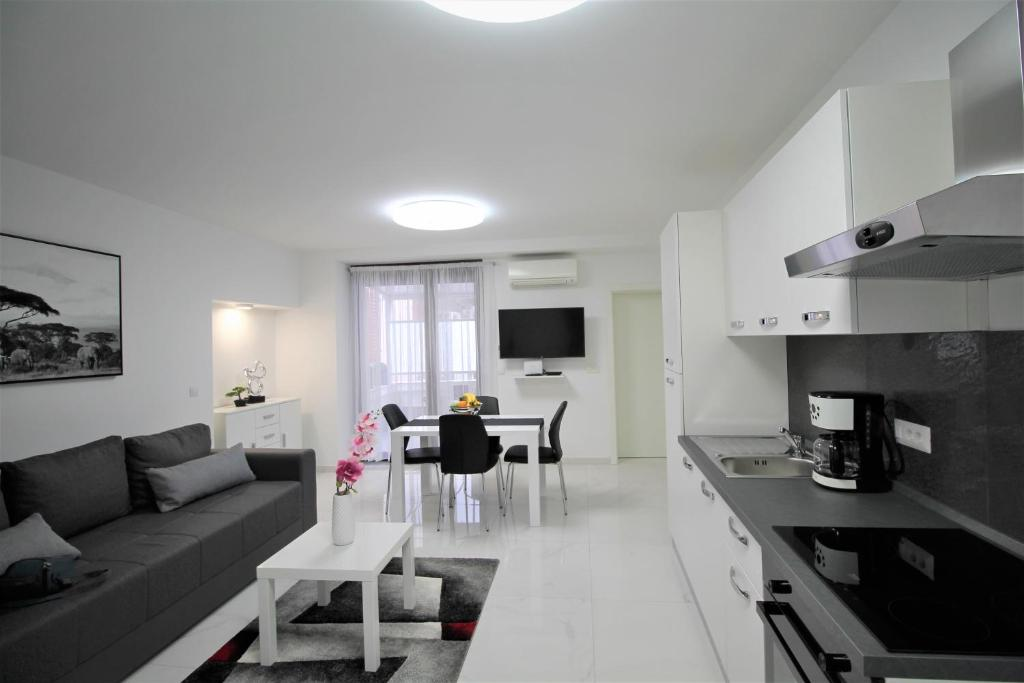 A kitchen or kitchenette at Arbel Apartments