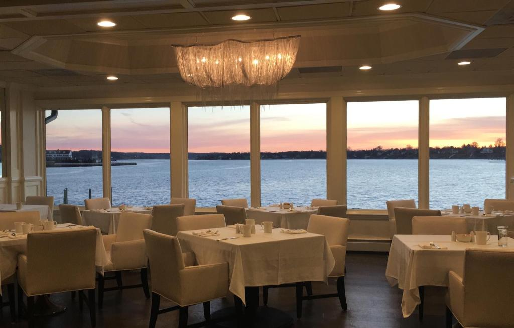 A restaurant or other place to eat at Oyster Point Hotel