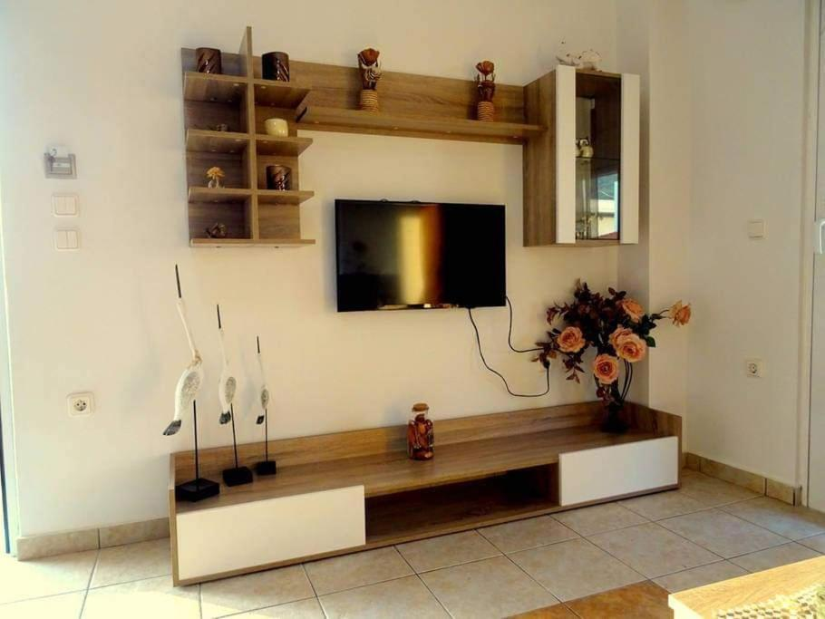 A television and/or entertainment center at Cozy apartment in Paradisi