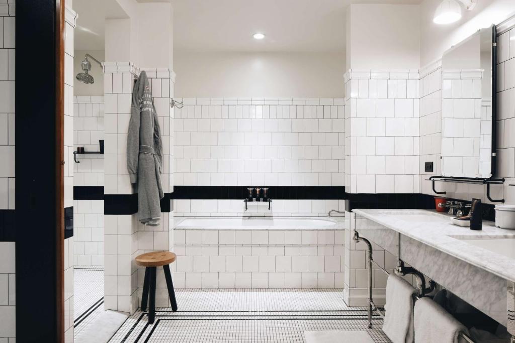 A bathroom at Chicago Athletic Association, part of Hyatt