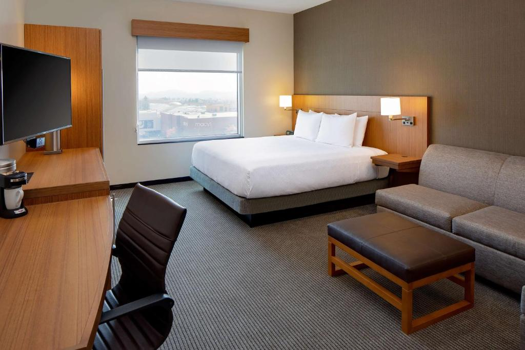 A room at the Hyatt Place Glendale Los Angeles.