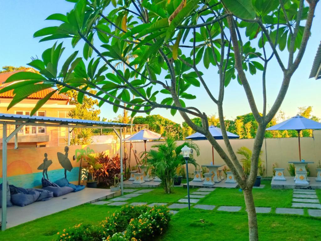 Ein Garten an der Unterkunft In Calm Hostel Canggu