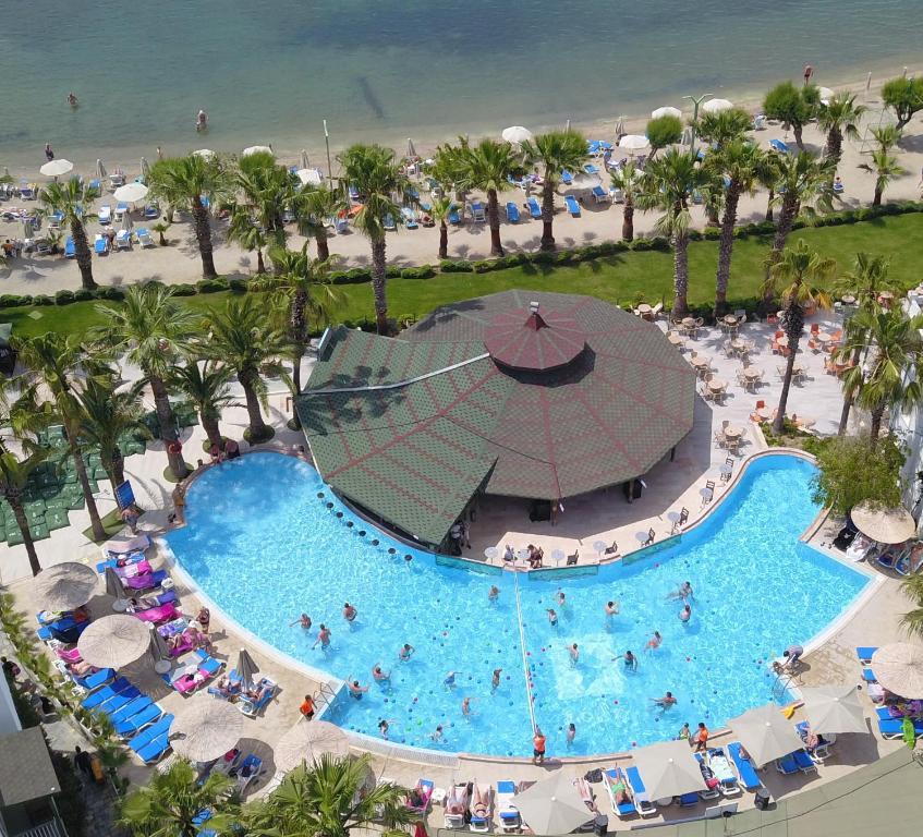 Uitzicht op het zwembad bij Parkim Ayaz Hotel of in de buurt