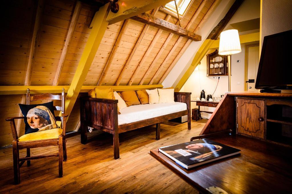 A seating area at De Vliegende Vos het geboortehuis van Johannes Vermeer