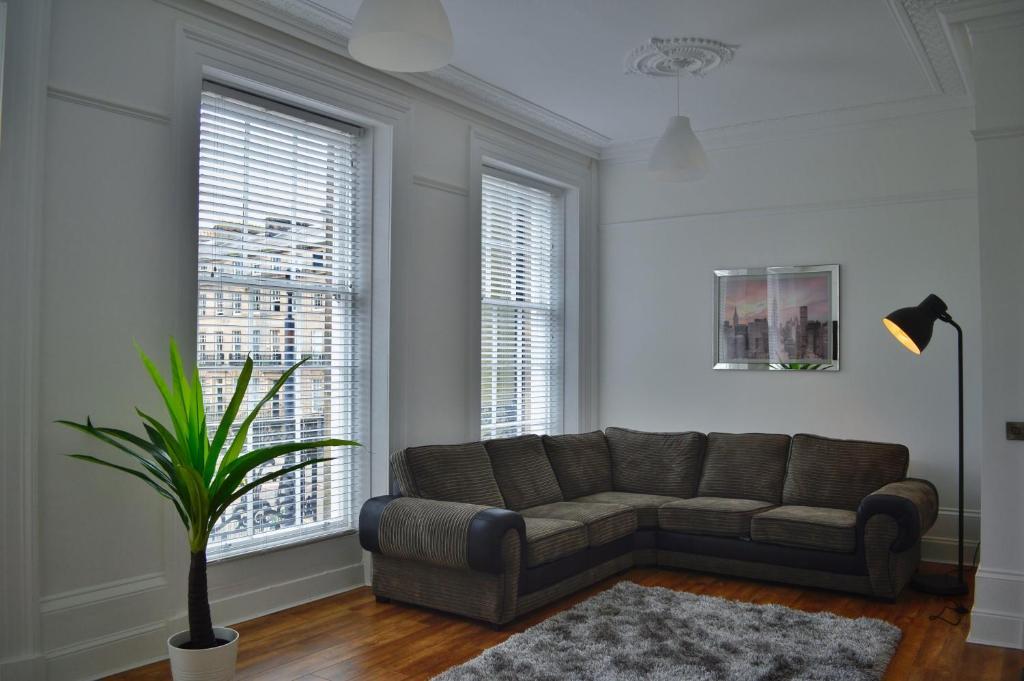 A seating area at Apartment 2 Hamilton Square