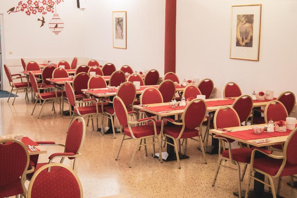Ein Restaurant oder anderes Speiselokal in der Unterkunft Hotel Le Village