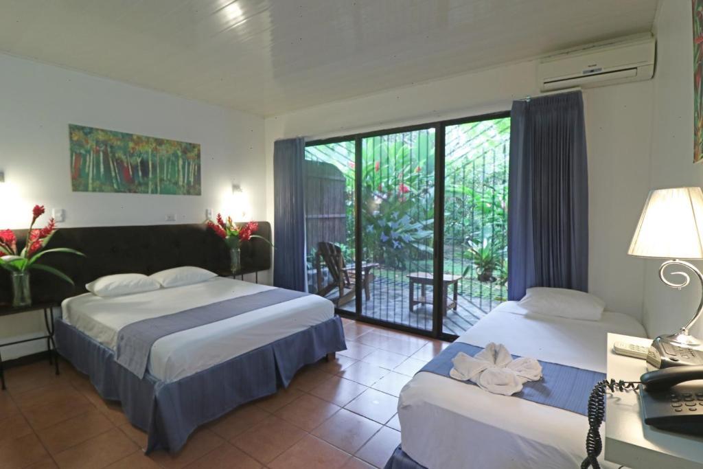 Een bed of bedden in een kamer bij Tirimbina Rainforest Lodge