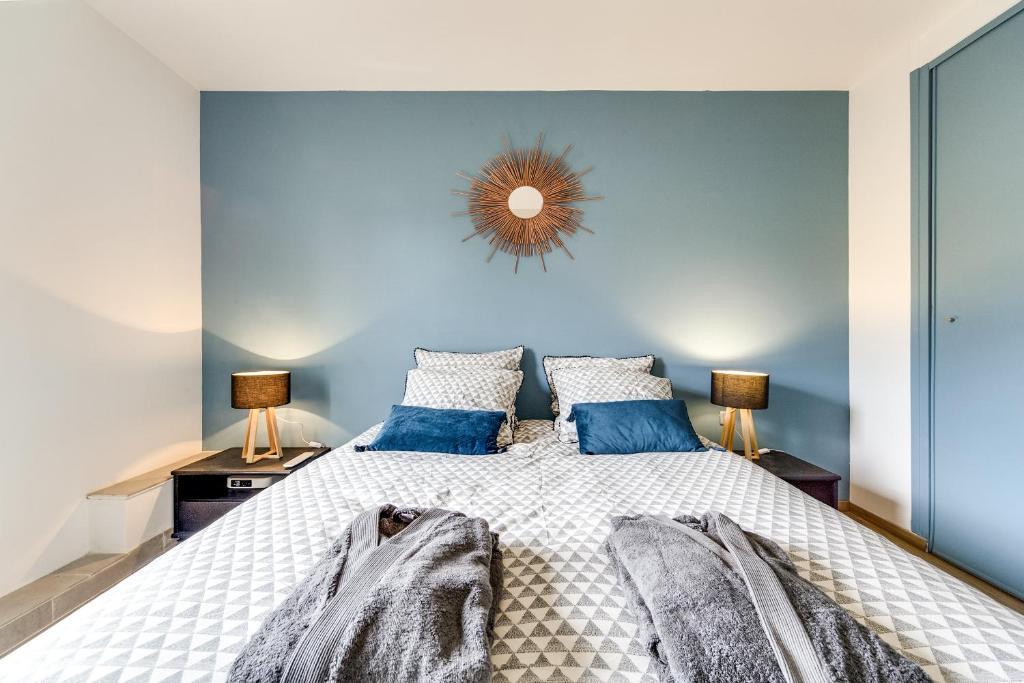 A bed or beds in a room at Le Coin de Marie à deux pas du centre ville