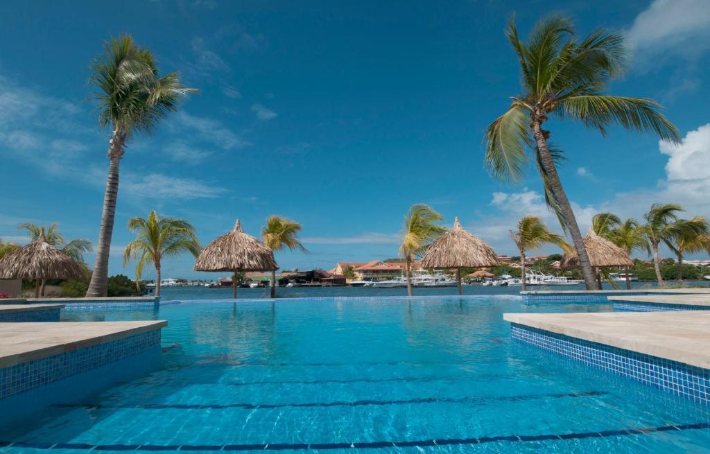 Het zwembad bij of vlak bij La Maya Beach Curacao