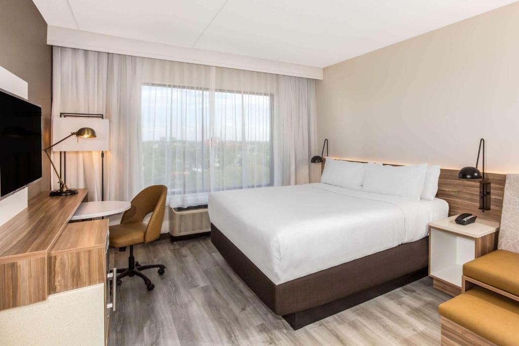 A bed or beds in a room at Wyndham Garden Ft Lauderdale Airport & Cruise Port