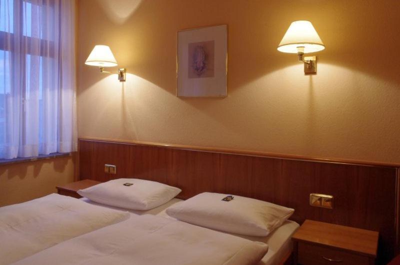 Ein Bett oder Betten in einem Zimmer der Unterkunft Hotel Merseburger Hof