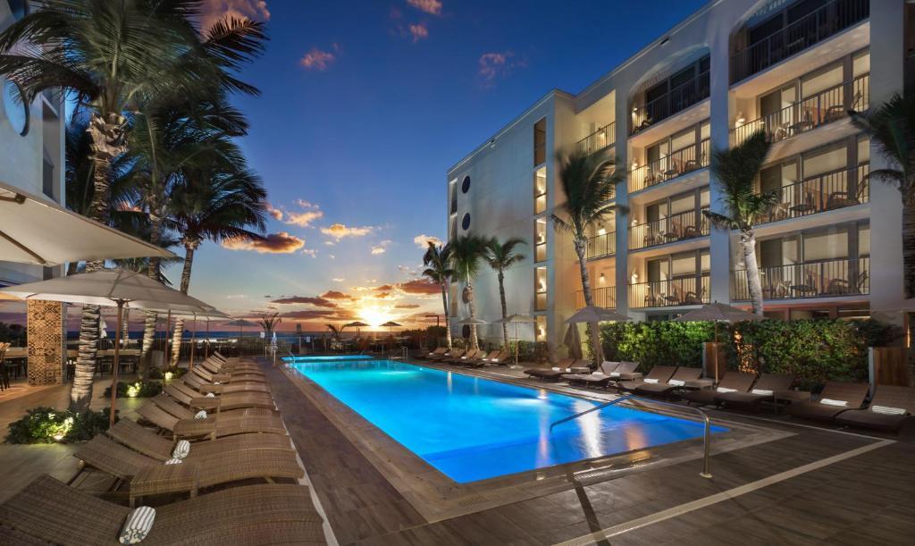 Бассейн в Costa d'Este Beach Resort & Spa или поблизости