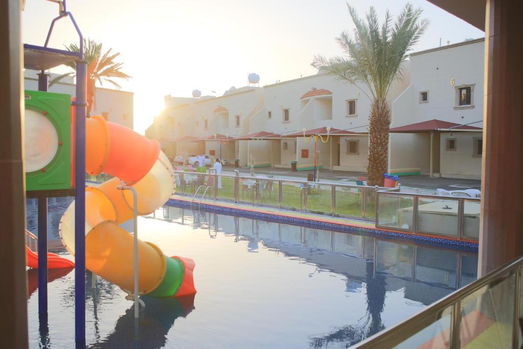A piscina localizada em Al Khuzami Hotel and Resort ou nos arredores