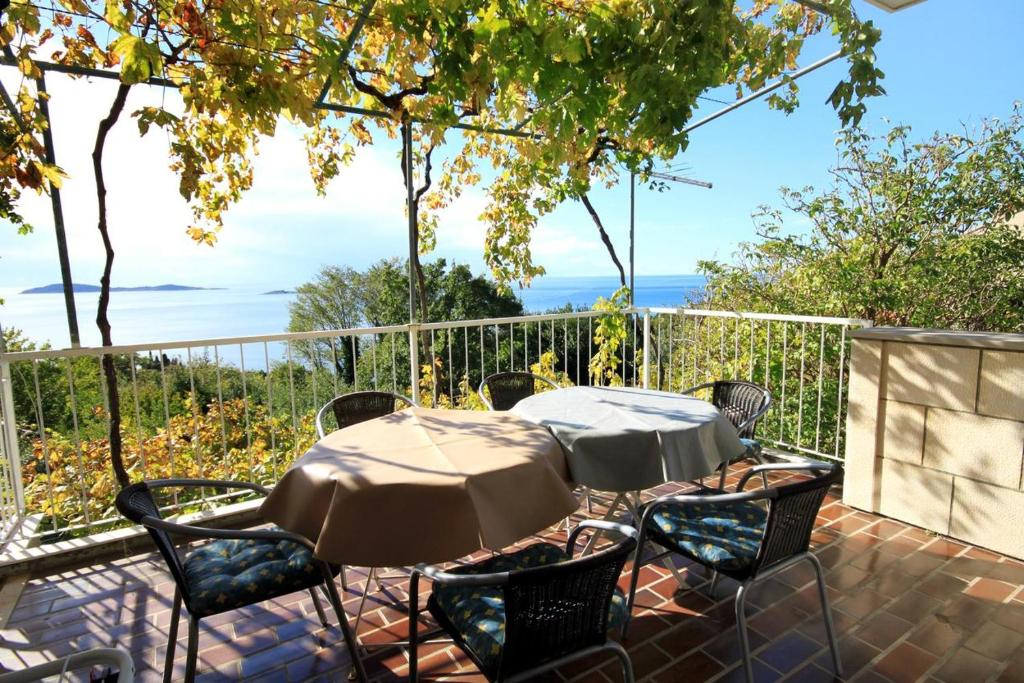 A restaurant or other place to eat at Apartments with a parking space Plat, Dubrovnik - 4792
