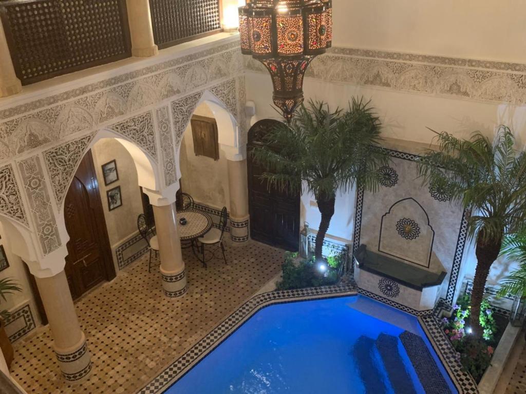 Ein Blick auf den Pool von der Unterkunft Riad Abaka hotel & boutique oder aus der Nähe