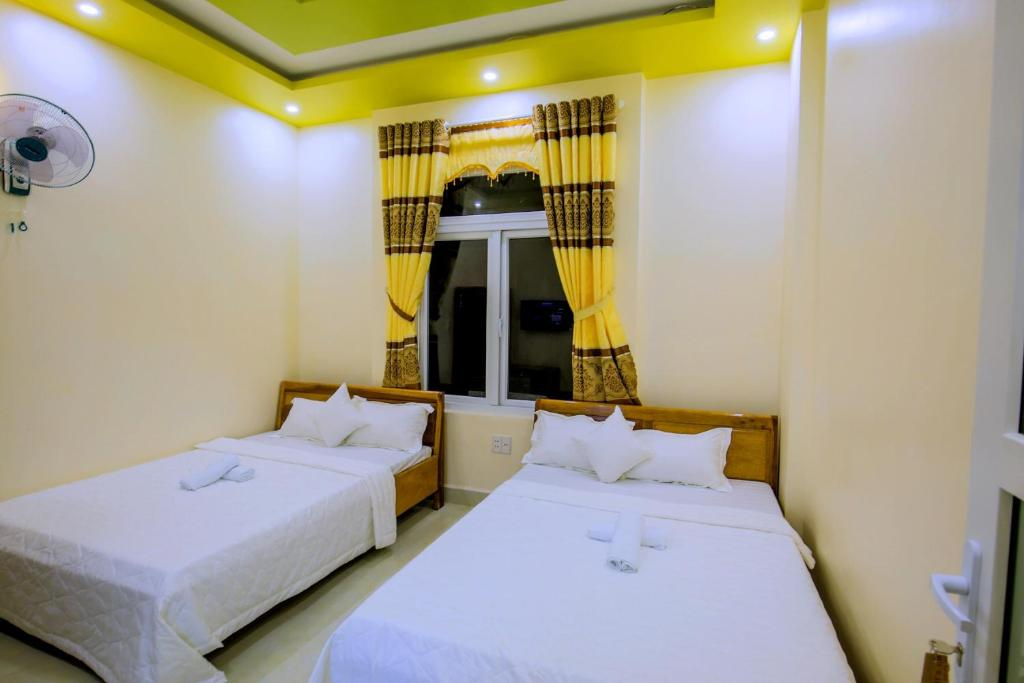 A bed or beds in a room at Nhà Nghỉ Thành Công