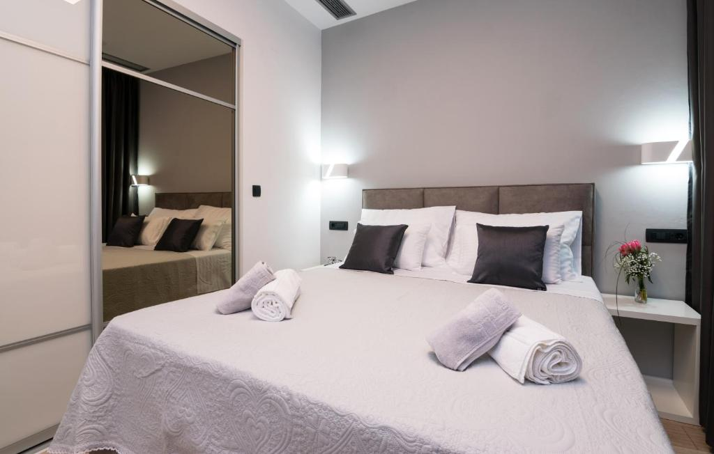 A bed or beds in a room at Sky & Sun Luxury Rooms with private parking in the garage