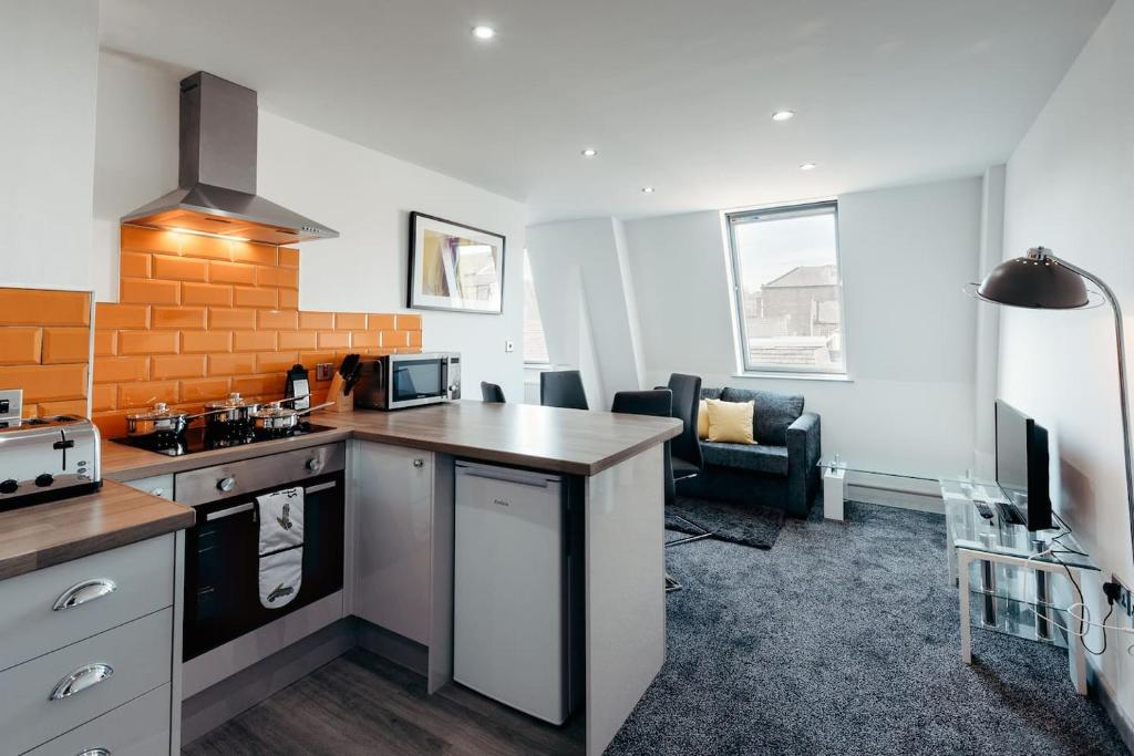 A kitchen or kitchenette at Halifax House, One Bedroom 203