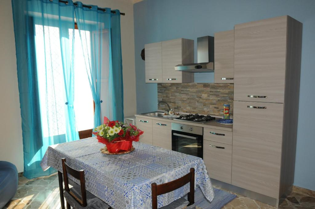 A kitchen or kitchenette at CASA CALISI