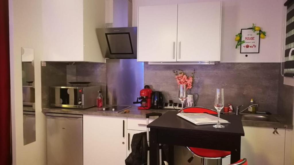 A kitchen or kitchenette at Le Kennedy