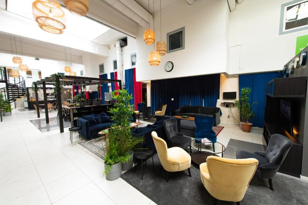 The lounge or bar area at Hotell Kvarntorget