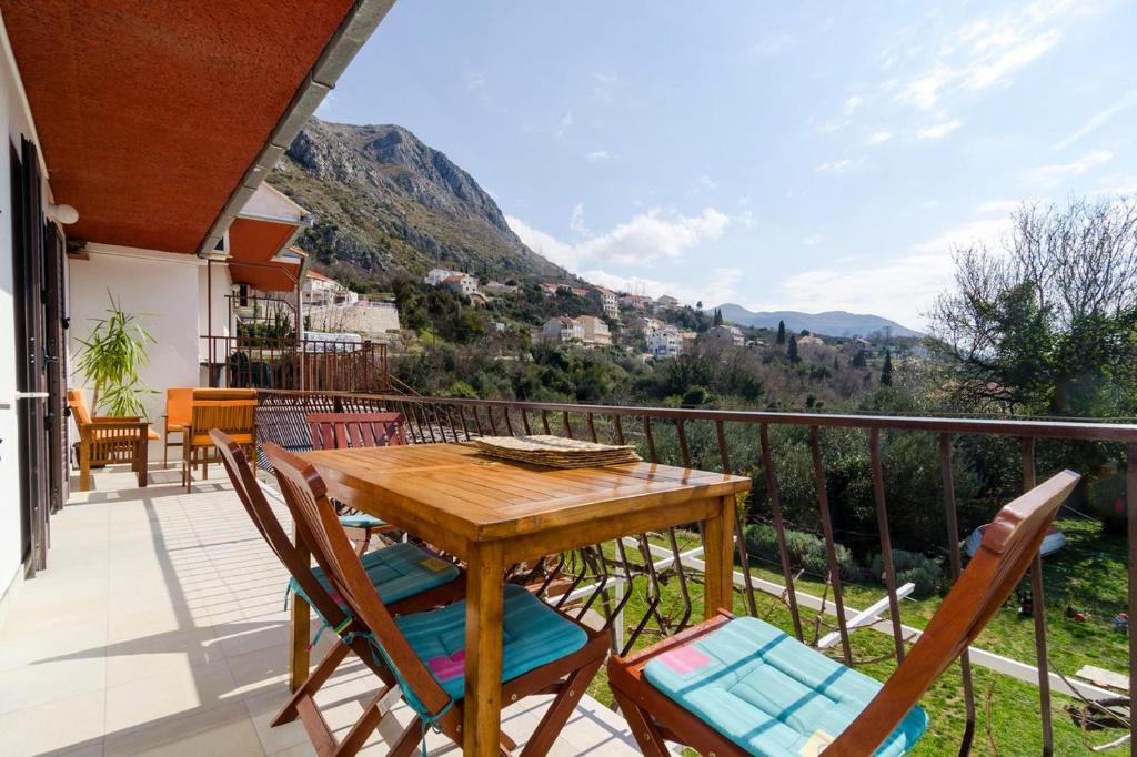 A balcony or terrace at Apartments with a parking space Mlini, Dubrovnik - 8542