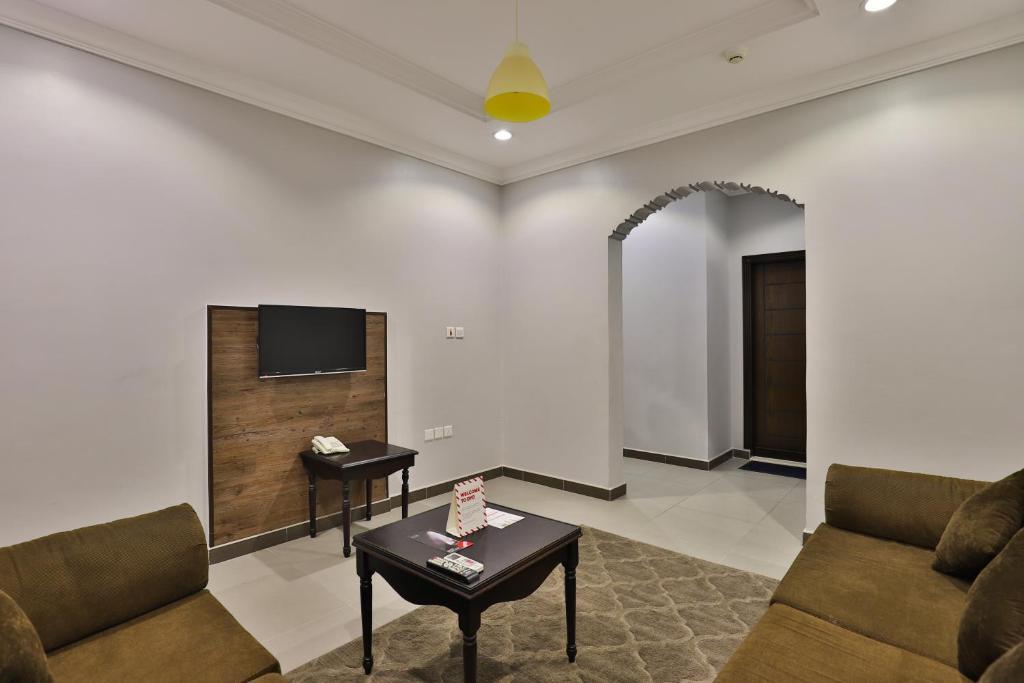 Uma área de estar em Al Rose Al Motamaiza Furnished Apartment